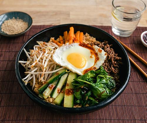 Món cơm trộn Hàn Quốc hấp dẫn bởi lượng rau củ phong phú, tươi ngon, nhiều màu sắc.