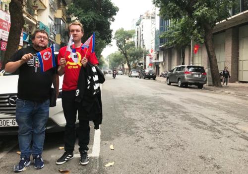 Quốc kỳ Triều Tiên và Hàn Quốc luôn song hành cùng các du khách trong chuyến thăm Hà Nội, Lee (phải) dự định mua thêm cờ Việt Nam. Ảnh:Phạm Huyền.