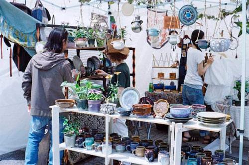 Chợ Yoyogi là một trong những chợ trời lớn nhất Tokyo. Ở đây có đến gần 800 gian hàng