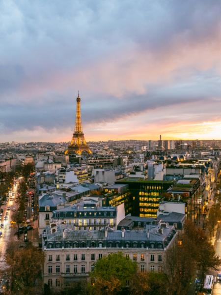 Khách du lịch tới Paris có thể chiêm ngưỡng ánh đèn lung linh của tháp Eiffel từ khi mặt trời lặn đến 1h sáng hôm sau, hoặc 2h sáng vào mùa hè. Ảnh: Marc Nouss.