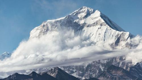 Khí hậu và thiên nhiên khắc nghiệt, ảnh hưởng đến các chuyến bay tới Lukla. Ảnh: Pinterest.