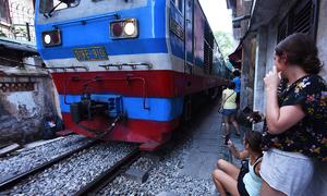 Khách Tây cảm thấy 'điên rồ' khi ngồi giữa đường tàu Hà Nội