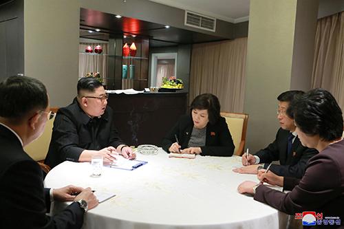 Ông Kim Jong-un họp với các cố vấn trong phòng Tổng thống của khách sạn Meliá, toàn bộ rèm cửa sổ kéo kín. Ảnh:KCNA.
