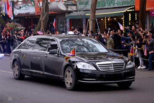 Xe chở Chủ tịch Kim Jong-un tiến vào khách sạn. Ảnh:Phạm Dự.