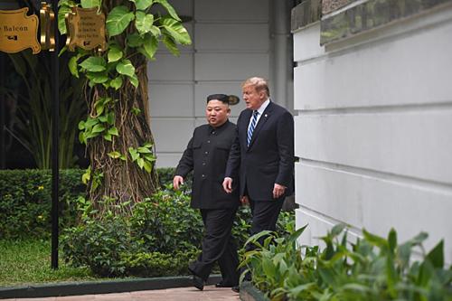 Khách sạn nơi Trump - Kim gặp gỡ có những bức tường quét vôi trắng, những cửa hiệu xa hoa theo phong cách Paris và nội thất gỗ bóng bẩy. Ảnh:Reuters.