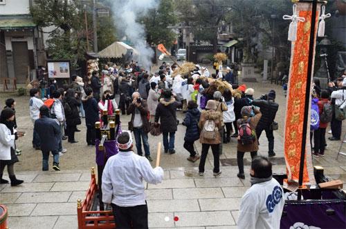 Hoạt động Tug-of-War tại đền. Ảnh: Osaka-info.