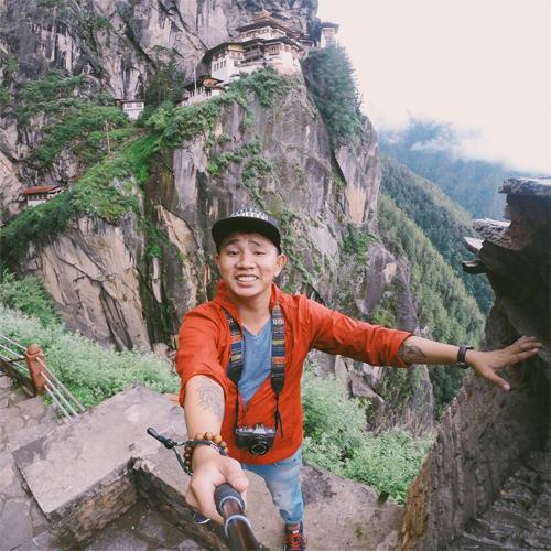 Vinh Gấu là một trong những hot blogger trẻ về du lịch có tiếng với những thước hình và câu chuyện đầy cảm xúc. Hơn 100 chuyến đi qua 4 châu lục đã hình thành nên cả kho gia tài đồ sộ về những khoảnh khắc ấn tượng được ghi bằng hình mà Vinh có được suốt nhiều năm qua. Chàng trai 8X thường săn những hình ảnh tưởng như rất đỗi bình dị, song qua ống kính của anh, những bức hình như được phù phép trở nên biết nói và gây ấn tượng mạnh mẽ hơn tới người xem.