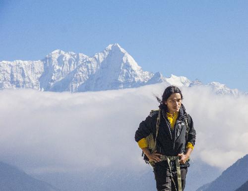 Là một trong những người trẻ cuối thế hệ 8X, Hoàng Lê Giang đã bỏ túi chuyến đi tới hơn 35 quốc gia, 8 lần chinh phục dãy Himalaya, trèo lên đỉnh Elbrus. Anh cũng là người Việt Nam đầu tiên vượt qua hành trình 300 km khắc nghiệt để chinh phục Bắc Cực.