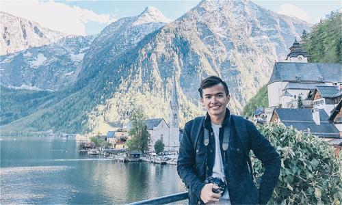 Chàng travel blogger điển trai Lý Thành Cơ nổi tiếng trong cộng đồng du lịch với những thước hình đẹp tại các điểm đến, các bài viết đầy cảm xúc được đăng tải trên trang web cá nhân Venturology cùng thành tích từng đặt chân đến hơn 30 quốc gia khi chỉ mới 25 tuổi. Anh thiên về trải nghiệm văn hóa khi luôn tìm đến thăm các bảo tàng, thưởng thức ẩm thực, làm quen với những người bạn địa phương và khám phá đời sống của họ ở mỗi quốc gia anh đặt chân tới. Anh sẽ có buổi talkshow giao lưu về nghề travel blogging và ký tặng cuốn sách đầu tay ra mắt cuối 2018 - Tuổi trẻ trong ví, bạn mua được gì.
