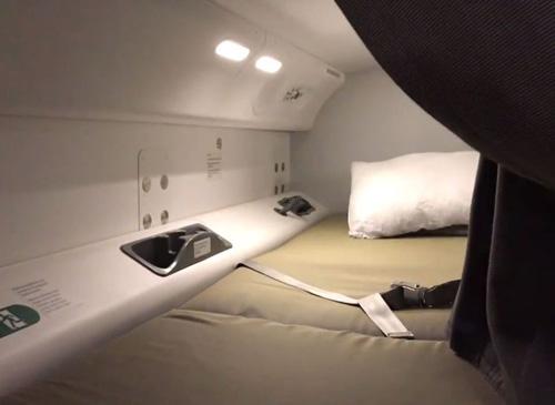 Trong các chuyến bay đường dài, phi công và tiếp viên được phép nghỉ ngơi, ngủ để lấy sức trong chuyến bay. Có một số phòng bí mật trên máy bay để họ ngủ nằm. Phần lớn khu vực đó là phía tầng trên gần nóc máy bay.