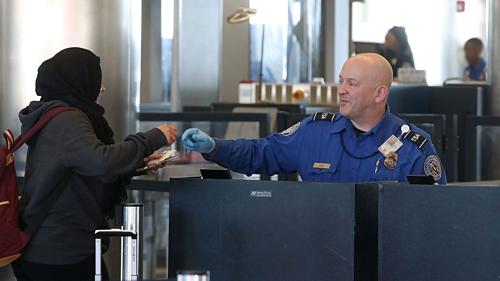 Các nhân viên sân bay cũng kiểm tra kỹ họ tên trên cuống vé của hành khách, để phát hiện yếu tố bất thường. Ảnh: Axios.