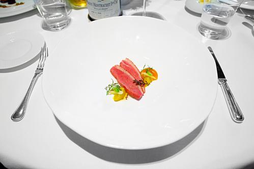 Một phần ức vịt xông khói ăn kèm súp mơ Blenheim nghiền, đậu romano, mù tạc và củ cải Mostarda trong nhà hàng Michelin. Ảnh: Adam Goldberg.