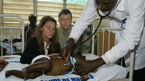 Vợ chồng Bill Gates thăm một em nhỏ mắc bệnh sốt rét vào tháng 9/2003 tại Manhica, Mozambique. Ảnh:Gates Notes.