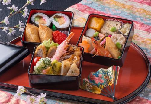 Thật tuyệt vời khi chìm đắm trong vườn anh đào được thắp sáng lộng lẫy vào đêm xuân, tiết mục biểu diễn Geisha và thưởng thức bữa tiệc cùng rượu sake bản địa dưới những cánh hoa anh đào.Du khách có thể vừa thường thức những suất cơm hộp bento ngắm hoa đặc biệt, vừa giao lưu văn hóa với đoàn kỹ nghệ của suối nước nóng kinugawa cùng gia đình và bạn bè.