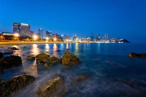 Bãi biển Haeundae về đêm tại Busan.