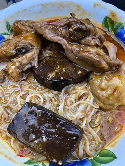 Màu sắc, vị và độ sệt của tô cà ri chợ Tân Châu (An Giang) khác nhiều so với những phiên bản tại Việt Nam và các nước. Ảnh: Dy Khoa
