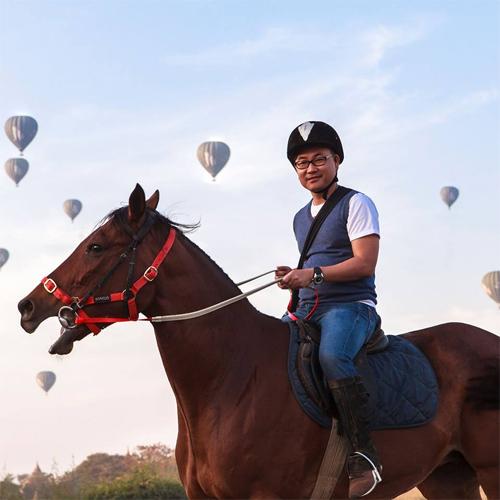 Nguyễn Hoàng Bảo cùng nhiều travel blogger chia sẻ các bí kíp du lịch tại lễ hội khuyến mãi tại Hà Nội.