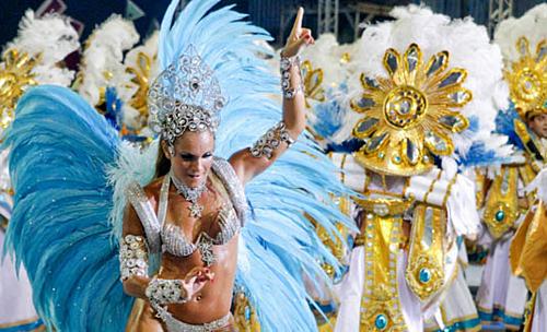 Trang phục của các vũ công rất đắt, thường lên đến 1.000 USD một bộ. Ảnh: Rio.