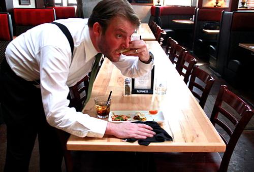 Nhiều bồi bàn đã ăn thừa lại thức ăn bạn bỏ đi, vì họ đói và phải làm việc quá giờ ăn tối của họ. Đó là lý do nhiều người hỏi bạn đã ăn xong món chưa và họ có thể dọn đĩa được không, dù trong đĩa của bạn còn thức ăn. Ảnh: Thrillist.