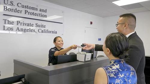 Khi dùng dịch vụ này, bạn sẽ được nhân viên chăm sóc từ A đến Z. Bạn cũng có có người hướng dẫn là giúp làm mọi thủ tục xuất, nhập cảnh, kiểm tra an ninh, lấy vé, nhận vé... Ảnh: Sun.