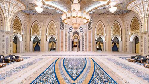 Cung điện mở cửa đón khách 7 ngày trong tuần, từ 10h đến 20h. Ảnh: CNN.