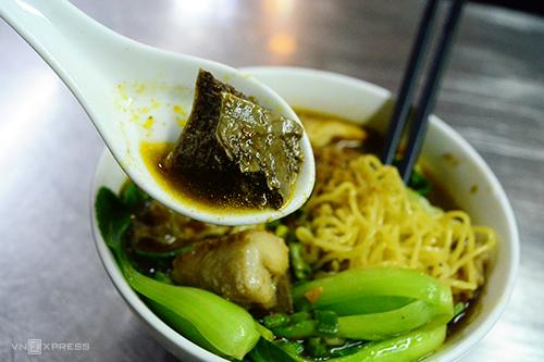 Mì cá viên cà riNổi bật trước hàng trăm món ăn ở Sài Gòn, món mì cá viên cà ri chỉ có duy nhất tại quán ăn trên đường Nguyễn Trãi (quận 5). Tiệm mì rộng chưa đến 5 mét vuông nhưng vẫn thu hút đông thực khách với hương vị khác lạ trong suốt gần 20 năm.Đối với thực khách ghiền của món cà ri, hương vị ở quán được xem là đậm đà và đặc trưng. Cá viên giòn, ăn kèm còn có cải thìa xanh, chén nước chấm thêm chút sa tế nhà làm. Một tô mì có giá 40.000 đồng.