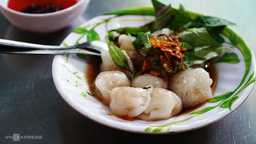 Há cảoĐây là món ăn vốn quen thuộc của người thích ăn vặt ở Sài Gòn. Không cần đến khu vực người Hoa, bạn cũng có thể dễ dàng tìm thấy món ăn ở nhiều địa chỉ trong thành phố. Tuy nhiên, hương vị làm ra từ tay những người đầu bếp ở khu vực quận 5 vẫn khó lòng mà cưỡng lại được.Thực khách có thể tìm thấy những viên há cảo mềm mịn, thấm đều thứ nước sốt đậm đà tại một quán ăn trên đường Ký Hoà. Giá mỗi suất ăn 6 - 8 viên là 20.000 đồng.