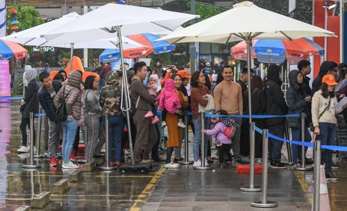 Hàngngườixếp hàng chờ mua vé máy bay giá ưu đãi tại gian hàng của các hãng hàng không.