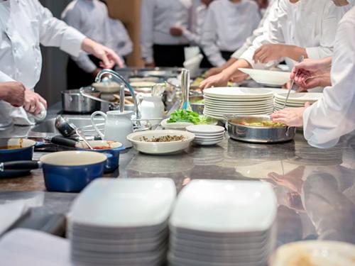 Nhân viên nhà bếp lúc nào cũng luôn chân luôn tay. Ảnh: Insider.