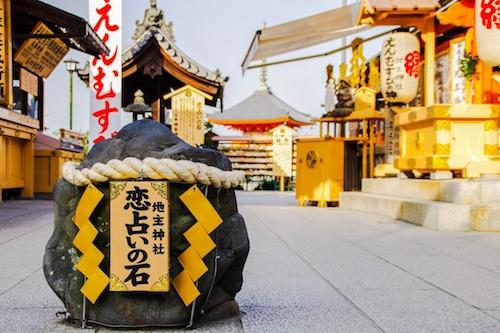 Đá bói tình duyên trong khuôn viên đền Jishu-jinja. Ảnh: zekkei japan.