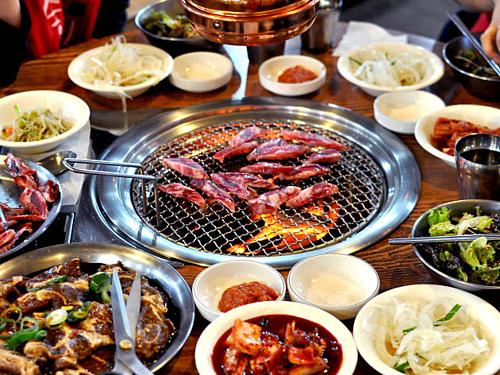 Đũa kim loại sẽ không bén lửa nếu được dùng trong những bữa nướng BBQ truyền thống của người Hàn Quốc. Ảnh:Timeout.