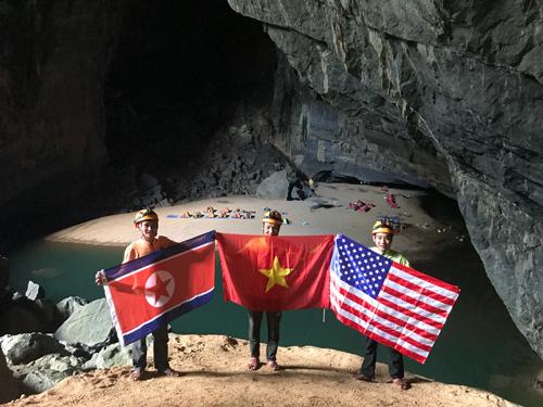 70% người dân Mỹ chưa bao giờ ra khỏi bang nơi mình sinh sống. Với bộ ảnh check-in các hang động ở Quảng Bình vớiba lá quốc kỳ Triều Tiên - Việt Nam - Mỹ, ông Nguyễn Châu Á kỳ vọng sẽ giới thiệu đến người dân Mỹ và thế giới về một hình ảnh Việt Nam tươi đẹp, thân thiện.