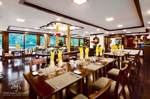 Không gian ăn uống tại du thuyền.