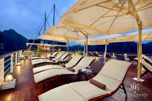 Trong chuyến du lịch, du khách tận dụng cảm giác thư thái trên sân thượng của du thuyền.