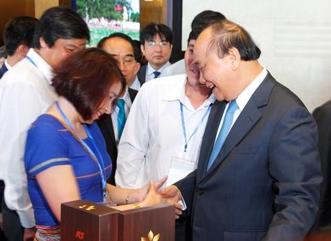 Thủ tướng Nguyễn Xuân Phúc gặp gỡ doanh nghiệp bên lề hội nghị. Ảnh: Võ Thạnh