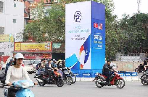 Hà Nội đang gấp rút tu sửa, trồng thêm hoa, tiểu cảnh trên tuyến đường từ trung tâm thủ đô đi sân bay Nội Bài để chào đón sự kiện. Ảnh: Phạm Dự.