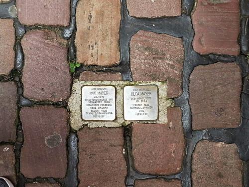 Những phiến đá in tên người ám ảnh trên đường phố Berlin