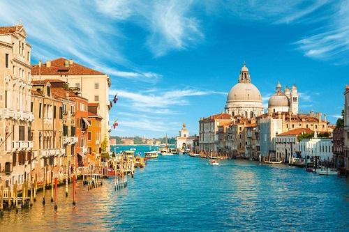 Những điểm đến ở châu Âu đều mang vẻ đẹp kiến trúc cổ kính. Ảnh: Pinterest.