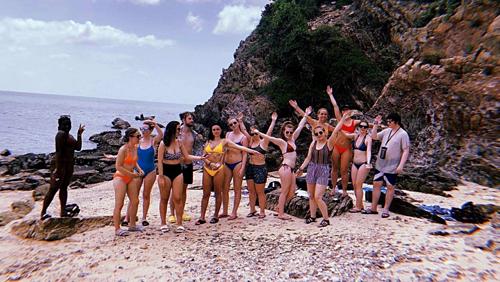 Các du khách trên hòn đảo. Ảnh:Emily Ince.