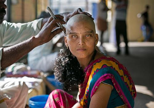 Phụ nữ đến đây hiến tặng mái tóc dài để đổi lại sự thanh thản trong tâm hồn. Ảnh: Amusing Planet.