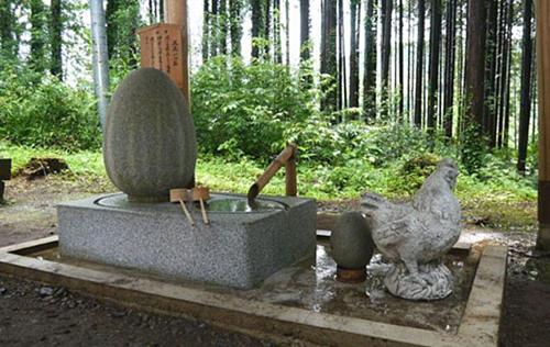 Hòn đá thiêng mọi người thường tới cầu nguyện để xin chữa khỏi bệnh trĩ. Ảnh: Kotaku
