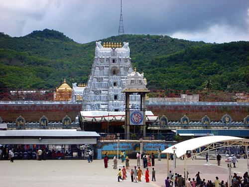 Đền Venkateswara là ngôi đền nổi tiếng ở Ấn Độ khi người dân tới đây cầu nguyện thường cạo râu, tóc để bày tỏ lòng thành. Ảnh: Amusing Planet.