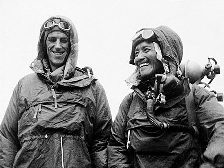 Edmund và Tenzing trở thành hai người đầu tiên chạm tay vào giấc mơ của bất cứ nhà leo núi cự phách nào trong lịch sử. Ảnh: National Geographic