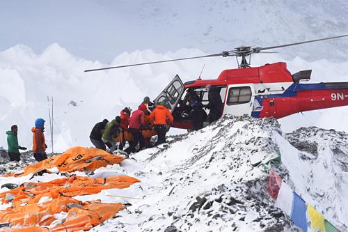 Việc di dời thi thể của những nhà leo núi trên dãy Himalaya đòi hỏi nhiều công sức. Ảnh:Roberto Schmidt.