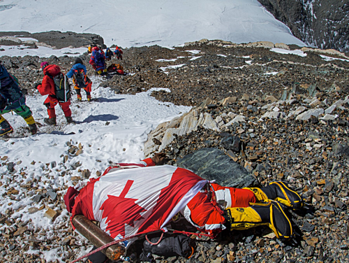 Thi thể của nhà leo núi Shriya Shah–Klorfine được quấn bằng quốc kỳ Canada. Cô chinh phục thành công đỉnh Everest, song đã không thể chiến thắng tử thần trên đường xuống núi. Hiện thi thể của Shah-Klorfine đã được an táng tại quê nhà. Ảnh: National Geographic.