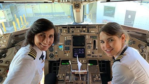 Tấm ảnh đăng kèm lời bình luận: Tôi vừa bay từ Los Angeles đến Atlanta trên chuyến bay của Delta do tổ bay mẹ con này điều khiển. Chuyến bay tuyệt vời.Quả là những người phụ nữ truyền cảm hứng. Ảnh: John R. Watret.