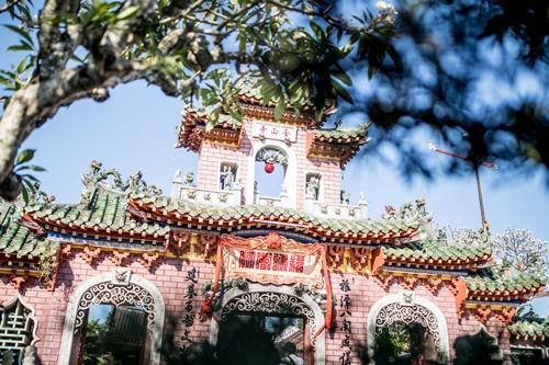 Hội quán Phúc Kiến với bức tượng thần màu xanh ngọc. Ảnh: Nytimes.