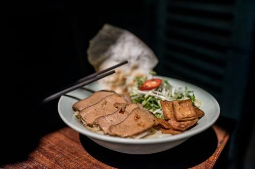 Cao Lầu là món ăn được kết hợp từ nhiều nền văn hóa như Nhật Bản, Trung Quốc và Pháp.