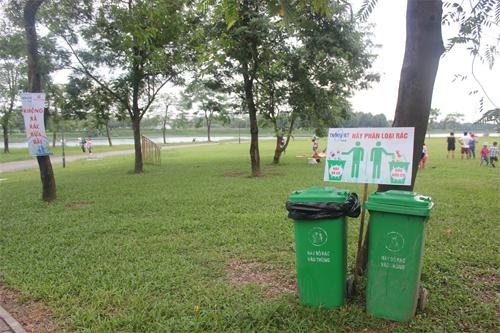 Công ty TransViet đặt thùng rác hữu cơ và vô cơ ở công viên Yên Sở.