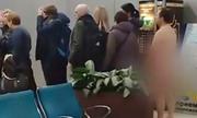Hành khách bị bắt vì khỏa thân xếp hàng lên máy bay